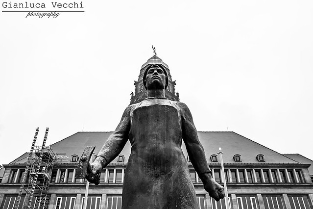 blackandwhite bw building monument monochrome statue architecture germany dresden memorial outdoor worldwarii ddr bnw gdr eastgermany trümmerfrau trümmerfrauen mauergeist