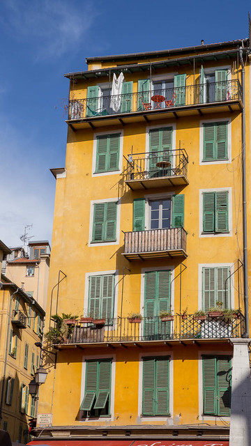 city urban mer france building green yellow jaune alpes canon eos nice europe curtain côte côtedazur paca provence fullframe 06 ville façade sud maritimes immeuble volets 6d dazur méditerranée alpesmaritimes provencal 0613 verts 24x36 adobelightroom provencealpescote canoneos6d pleinformat dazue adobelightroom4