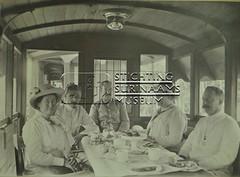 Groepsfoto in rijtuig van trein