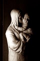 13 - Paris, Église Saint-Antoine-des-Quinze-Vingts, Statue de la Vierge embrassant l'Enfant - Détail (melina1965) Tags: îledefrance paris nikon d80 décembre december 2016 macro macros sculpture sculptures statue statues sépia sepia églises église church churches geste gestes gesture gestures 12èmearrondissement 75012