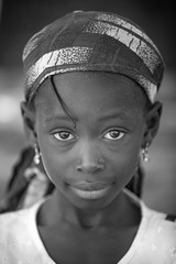 Burkina faso: enfant de l'ethnie Sénoufo. (claude gourlay) Tags: burkinafaso burkina afrique africa afriquedelouest retrato ritratti portrait enfant child sénoufo ethnie ethnic tribu banfora noiretblanc blackandwhite bw nb