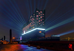 Phot.Hamburg.Elbphilharmonic.Lightshow.01.011710.1142.jpg (frankartculinary) Tags: nikon d880 d300 d200 f2 f3 f4 coolpix frankartculinaryyahoode hamburg harbour hafen port blueport puerto porto elbphilharmonic concert docks marina blue blau bleu blu azzurro azul germany night nacht nuit noche notte nuite speicherstadt fleet channel kanal canal canale brücke bridges puente pont musical panorama chilehaus sunset sonnenuntergang coucherdusoleil tramonto pôrdosol atardecer dockland tugboats elbphilharmonie lightship leuchtschiff cruiseliner queenmaryii dragonboats philharmonic hall marefrisium alster