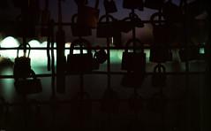 unk.12.16-AgfafotoPrecisaCT100-LeicaIIIf+CanonSerenar50f1.8-03 (dannbis) Tags: 135 agfaphotoprecisact100 analog bokeh canon50mmf18ltm canonserenar50mmf18 film leicaiiif locks night zurich zürich アナログ フィルム ライカiiif レンジファインダー 旁轴 胶片 exif:model=proscan7200 exif:make=reflecta geocountry camera:make=reflecta geolocation geocity geostate camera:model=proscan7200