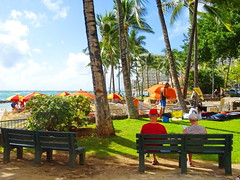 Happy Bench Monday! (peggyhr) Tags: peggyhr benches hbm people umbrellas trees ocean dsc06086a hawaii