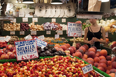 Peaches vs Cherries (Antonio Rioseco) Tags: seattle frutas cherries market mercado peaches pikeplacemarket pikeplace cerezas frutera durazos