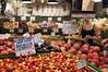 Peaches vs Cherries (Antonio Rioseco) Tags: seattle frutas cherries market mercado peaches pikeplacemarket pikeplace cerezas frutería durazos