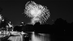 Feu d'artifice Issy les Moulineaux (FredM.Photos) Tags: longexposure bw night nikon noiretblanc fireworks nb nightlight d750 nuit 92 bastilleday artifice 14juillet feudartifice issy