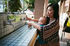 (陸哈利) Tags: lomo lca 135 film taiwan baby family