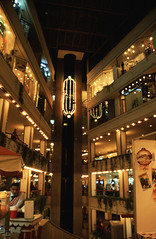 Ägypten 1999 (541) Kairo: Shopping Center (Rüdiger Stehn) Tags: القاهرة kairo alqāhira unterägypten nordägypten bauwerk profanbau haus hochhaus afrika ägypten egypt nordafrika 1999 winter urlaub dia analogfilm scan slide 1990er 1990s diapositivfilm analog kbfilm kleinbild canoscan8800f canoneos500n 35mm stadt strase misr مصر einkaufszentrum geschäft leute aufzug menschen shoppingmall shoppingcenter الدلتا addiltā reise reisefoto gebäude