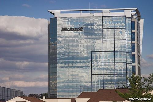 Edificio de Microsoft con nubes