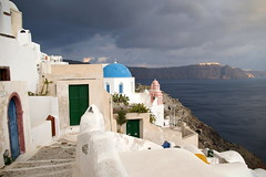 A storm falls on Oia - by nunavut