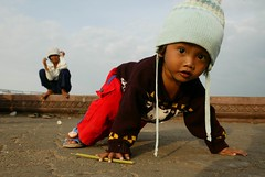 going low (phitar) Tags: winter portrait topf25 girl cambodge cambodia 2006 phitar phnompenhsunset