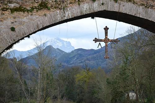 Es.  Asturias.  Cangas  de  Onís,  Réplica  de la  Cruz  de la  Victoria  (S. IX)