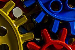 Engranajes primarios (Ignacio M. Jiménez) Tags: engranajes gears rojo amarillo azul red yellow blue ignaciomjiménez macromondays contraption wow
