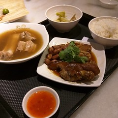 Trying a real Singapore lunch.