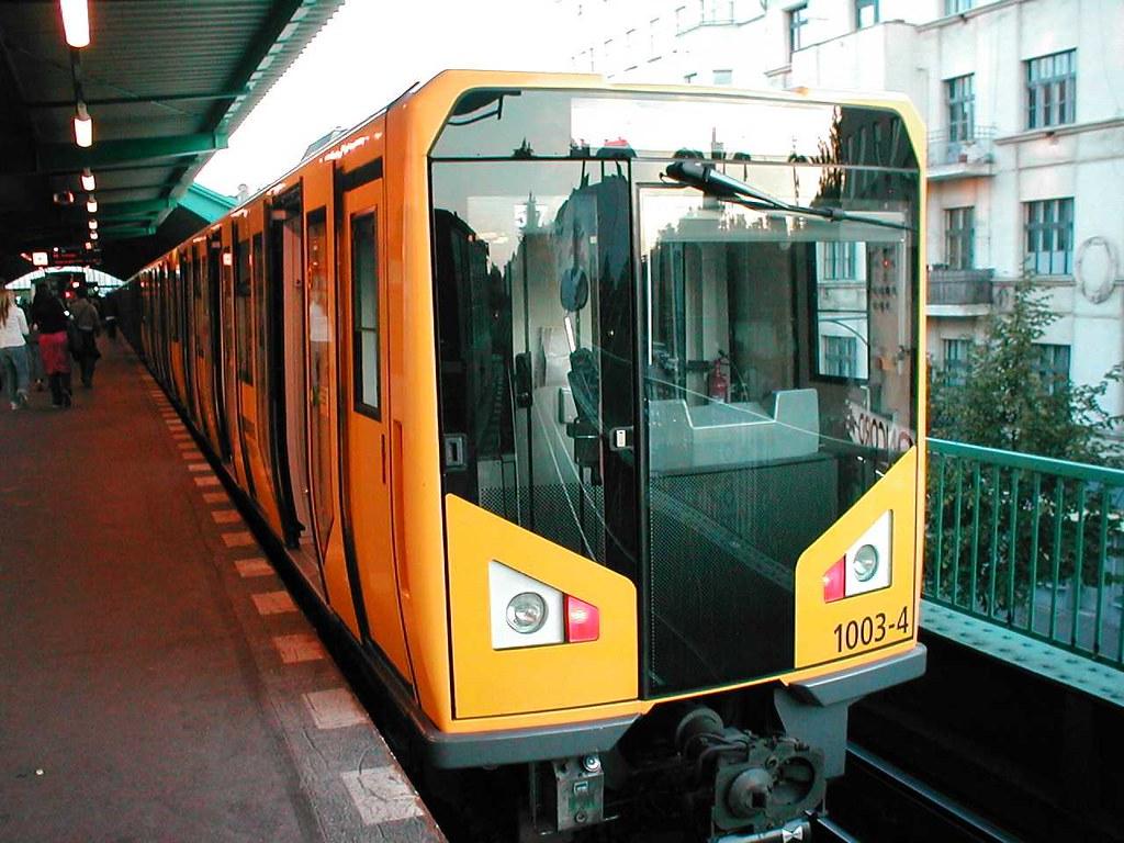 6Hãy nắm vững giờ giấc hoạt động của các chuyến tàu nếu không muốn phải lang thang suốt đêm nhé!