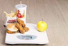 39/52² Sobrepeso / Overweight (Xisco Bibiloni) Tags: ifttt 500px soprepeso 52project 52week 52weekproject bascula burger king overweight project project52 project52week scales strobist apple manzana