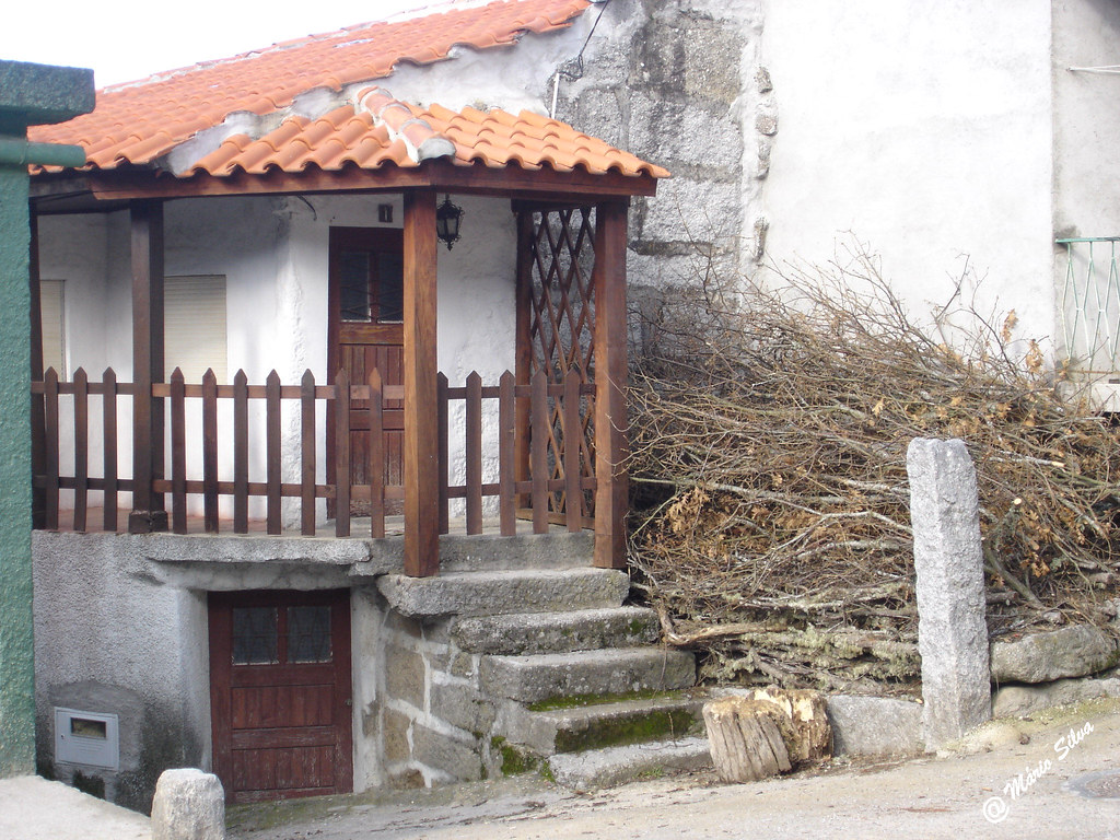 Águas Frias (Chaves) - ... casa da Aldeia e a lenha arrecadada e pronta a pitar ...
