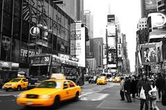 Speeding cars (kristin.mockenhaupt) Tags: usa amerika america taxi gelb hochhäuser blackwhite bw schwarzweis auto car colorkeying