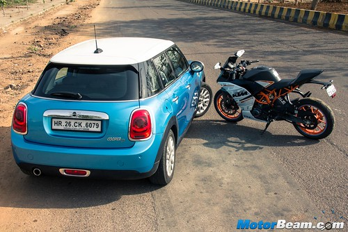 KTM-RC-390-vs-MINI-Cooper-14