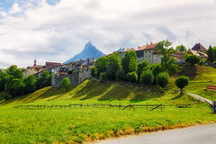Gruyres (Tuomo Lindfors) Tags: field schweiz switzerland town suisse medieval sveitsi gruyres kaupunki pelto colorefexpro keskiaikainen niksoftware