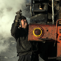 Percussive Maintenance (Kingmoor Klickr) Tags: js 8081 fireman locomotive traincrew maintenance sandaoling china xuanmeichang washery xinjiang province industry industrialrailway steam