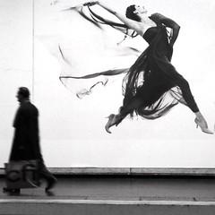L'homme pressé (_ Adèle _) Tags: paris station rer luxembourg expo photos richardavedon passant quai femme nb