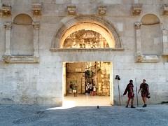 2016.08 - Split, Croatia (rambles_pl) Tags: croatia split architecture arch people wariors wall