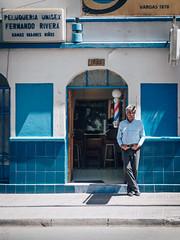 Peluquero (Fabian Araya Ramos) Tags: arayafotografia olympus penf olympusphotography olympuscamera olympusphotos olympuschile olympuspenf themasterpiecepenf microfourthirds nokton25 voigtlander nokton25mm nokton25mmf095 m43 streetphoto streetphotography