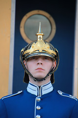 Royal Guard (Toni Kaarttinen) Tags: boy man guy castle soldier uniform sweden stockholm schweden helmet guard gamlastan sverige oldtown estocolmo stoccolma suecia slottet sude tukholma svezia ruotsi roaylguard