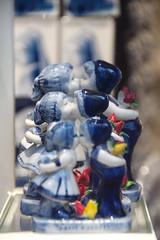 Kisses from NL (Arne Kuilman) Tags: nikon d90 18200 amsterdam winter nederland netherlands walk stad kiss kisses besos kus kussen delftsblauw souvenir blue white pottery gift etalage greetings
