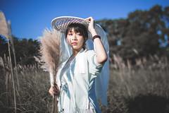 IMG_2894 (Yi-Hong Wu) Tags: 芒草 漢服 芒花 古裝 漢 女生 女孩 女性 女 女子 人 女人 山上 互惠 雪景 扇子 傘 逆光 舞 曜光 反射 情緒 可愛 美麗 外拍 室外 戶外
