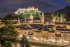 Altstadt Salzburg zur beginnenden Nacht (Salzburg Zoo und Land) Tags: salzburg sterreich nacht altstadt tourismus weltkulturerbe nachtaufnahmen sehensdwrdigkeiten