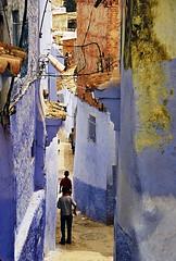 Ruelle (Délirante bestiole [la poésie des goupils]) Tags: street blue boys young morocco maroc chefchaouen