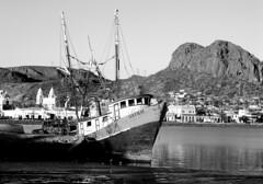 La barca de Guaymas (Memo Vasquez) Tags: blackandwhite bw blancoynegro sonora méxico puerto mar guaymas labarcadeguaymas