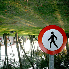 Entrada prohibida a peatones 2 (dgr) Tags: trees grass arboles pointofview prohibido cesped señal hierba alreves peatones puntodevista peaton dgr reves