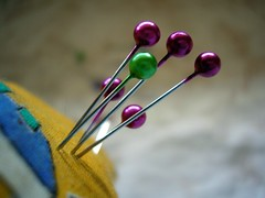 sewing day (wakalani) Tags: macro colors closeup pin purple corte sewing balls sew olympus needle vistas costura alfiler olympusfe120 wakalani lovephotography masvistas alfileres utatafeature confeccion