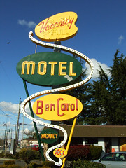 Ben Carol Motel (Curtis Gregory Perry) Tags: old light signs green classic luz glass pool sign yellow night vintage hotel licht neon glow northwest bright ben lumire lodging tube tubes motel curvy ne retro carol signage glowing arrow dying vacancy wavy luce muestra important accomodation signe sinal neons accomodations  zeichen non segno bencarol   vancancy   teken     glowed    neonic