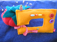 Agora no estraga mais a surpresa... (Claudia  F de Feltro) Tags: tomato pin handmade sewing machine craft felt f pincushion feltro cushion tomate maquina costura
