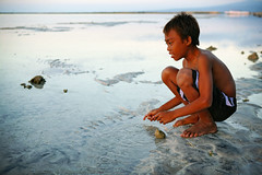 gili air sunset - boy sunset air gili lombok phitar unicef indonesia