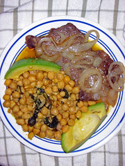 Chickpea and Spinach Stew with Steak with Onions (Oquendo) Tags: garbanzos chickpea spinach espinacas guiso stew onions cebollas aguacate avocado palta sd400 food comida azafrn saffron hispanic hispana puerto rico espaa spain puertorico