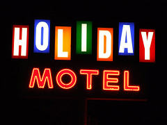 Holiday Motel (Curtis Gregory Perry) Tags: old light holiday signs classic luz glass sign night oregon vintage licht neon glow northwest bright bend lumire or tube tubes motel 2006 ne retro aviso plastic views signage glowing february dying popular 75 luce muestra important signe sinal neons  zeichen non segno     teken  75views    glowed    neonic
