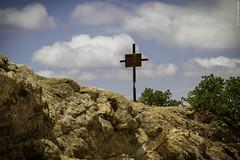 Una cruz en el camino (Saúl Martínez // Photojournalist) Tags: california sky nature forest de landscape mexico woods san paisaje sierra pedro ensenada astronomy baja martir astronomía