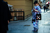 La demoiselle en kimono (www.danbouteiller.com) Tags: japon japan kyoto japanese japonais japonaise woman femme girl fille kimono yukata gion tradition traditionnal asian asia asie asiatique canon canon5d eos 5dmk2 5d 50mm 50mm14 5d2 5dm2 city ville urban urbain photoderue photo rue street streetscene streetlife streets streetshot streetphoto streetphotography bag sac