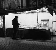 Xmas bargain (Ren-s) Tags: winter hiver bruxelles brussels belgium belgique maché noël xmas christmas market people shop seller vendeur bargain marchander night nuit cobblestones pavé pavement noiretblanc blackandwhite street rue outdoor exterieur contrast europe christmasmarket