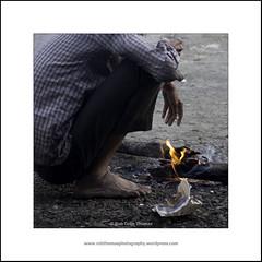 Warmth (Two Dragons - @robthomasphoto) Tags: 2017 chaistop chauk chowk chowkphatta india maharashtra morning mumbaipuneoldroad raigad candid dailylife january roadside stoic stoicism street winter ©robcolinthomas ©robthomasphotography