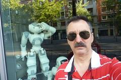 El Imitador (Fotero) Tags: madrid robot humor autoretrato tienda escaparate