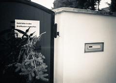 Ich Trottel (Ronny-1976) Tags: 131 800min architektur grosenhain hc110 ilfordfp4 konicahexarrf lustig schilder sprüche