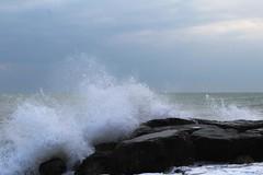 Terra e mare (saracapa.95) Tags: onda acqua mare cielo scogli abruzzo costadeitrabocchi maredinverno