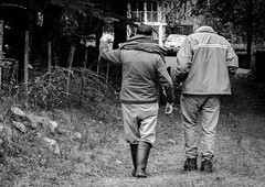 Eso de ah (facundoroca) Tags: people white black men blanco argentina nikon negro steps personas villa cordoba hombres berna caminando seal pasos d5100